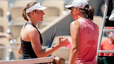 Swiatek inicia defensa del título en Roland Garros con triunfo ante su mejor amiga en su cumpleaños