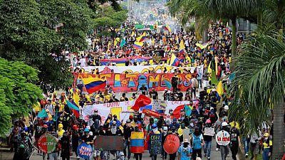 Colombia investiga policías por permitir a civiles disparar contra manifestantes en protestas