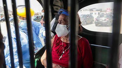 Perú revisa cifra muertos por COVID-19 a 180.700, triple de total previo