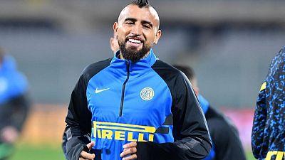 El centrocampista chileno Vidal se recupera de COVID-19 en un hospital
