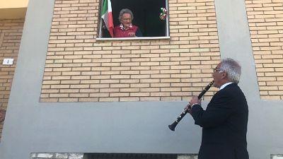 Inno Mameli sotto casa sua suonato dal clarinettista Battistelli