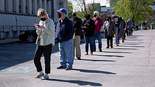 U.S. weekly jobless claims drop below 400,000