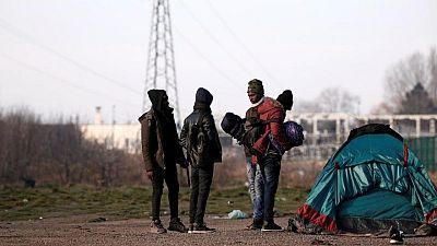 La policía francesa desmantela un campamento de cientos de inmigrantes en Calais