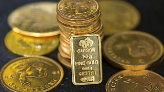 METALES PRECIOSOS-Precios del oro caen ante dólar más firme, mercados esperan discurso Powell