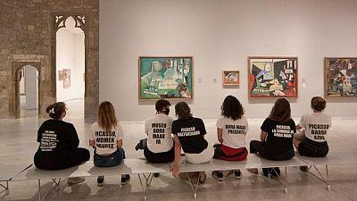 أستاذة جامعية تنظم احتجاجا أمام متحف على معاملة بيكاسو للنساء