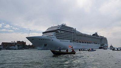 أول سفينة رحلات في فترة ما بعد كوفيد تغادر البندقية الايطالية وسط احتجاجات