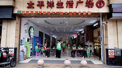 Algunos malls y complejos residenciales de Shanghái exigen ver pruebas de vacunación COVID