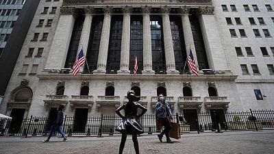 Wall St cierra dispar; inversores esperan catalizadores