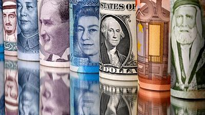FOREX-Volatilidad cambiaria cae a mínimos prepandemia mientras operadores esperan al margen