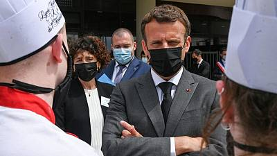رجل يصفع ماكرون على الوجه أثناء جولة في فرنسا واعتقال شخصين