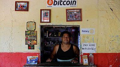El Salvador se convierte en primer país del mundo en adoptar bitcóin como moneda de curso legal