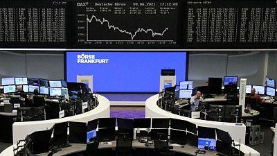 شركات السيارات والنفط تضغط على أسهم أوروبا قبل اجتماع المركزي