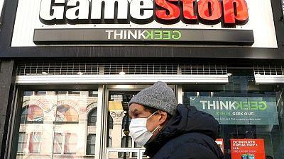 """GameStop se desploma y Clover Health sube en la montaña rusa de los """"valores meme"""""""