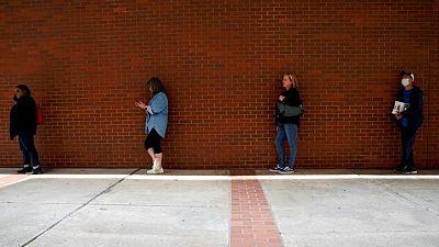 انخفاض طلبات إعانة البطالة الأمريكية وارتفاع مؤشر أسعار المستهلكين فوق المتوقع