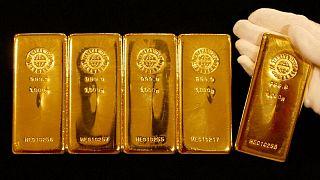 الذهب يصعد بفعل تراجع الدولار وعائدات السندات الأمريكية قبل كلمة باول