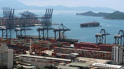 Congestion at South China ports worsens on anti-COVID-19 measures