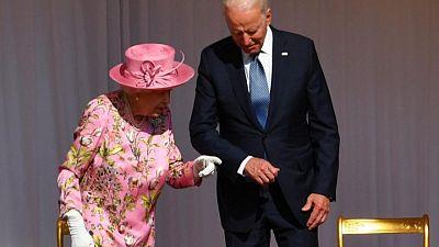 بايدن: الملكة اليزابيث ذكرتني بأمي