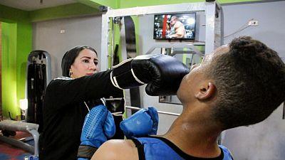امرأة تدرب الرجال على الملاكمة في ريف صعيد مصر