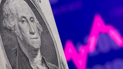 Dollar hovers near one-month high with market frozen before Fed test
