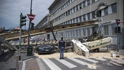 Distrutte auto in sosta e danneggiati due piani di un edificio