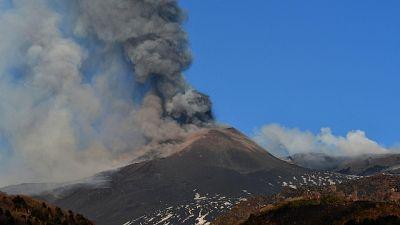 Alta nube eruttiva e da cratere, aeroporto di Catania operativo