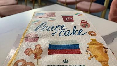 """خبازة سويسرية تبتكر """"كعكة سلام"""" لقمة بايدن وبوتين"""