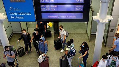 بريطانيا تدرس تخفيف قيود السفر لمن تلقوا لقاح كورونا