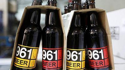 """عن كثب-""""سيريالية مالية"""" .. لبنانيون يفضلون البيرة على البنوك"""