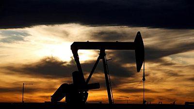 النفط يهبط بفعل قوة الدولار لكن صورة الطلب ما زالت إيجابية
