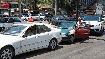 العمل من السيارة.. وسيلة اللبنانيين للتكيف مع طوابير الانتظار في محطات البنزين