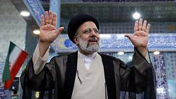 Presidente ruso Putin felicita al iraní Raisi por su victoria en elecciones: RIA
