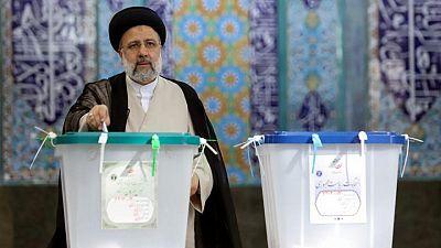 التلفزيون الإيراني: القاضي المتشدد رئيسي متقدم بقوة في الانتخابات