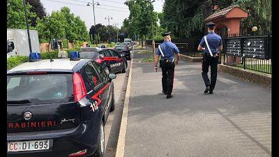 L'uomo si era rinchiuso nel bagno, arrestato da carabinieri