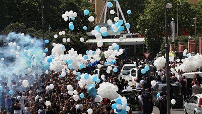 In cielo palloncini e due colombe.Ai funerali Raggi e Zingaretti