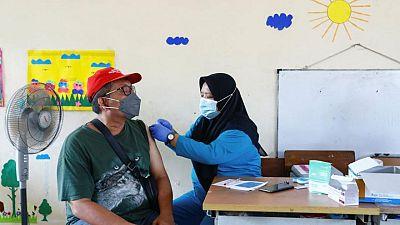إندونيسيا تشدد قيود كورونا والإصابات تتجاوز مليونين