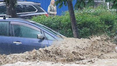 Putin orders military to help clear up floods in annexed Crimea