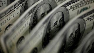 FOREX-Dólar cae mientras atención gira hacia la Fed, criptomonedas suben