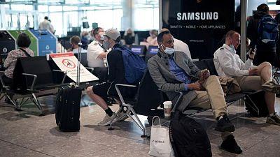 Boris Johnson insinúa que personas vacunadas podrán viajar pronto sin restricciones