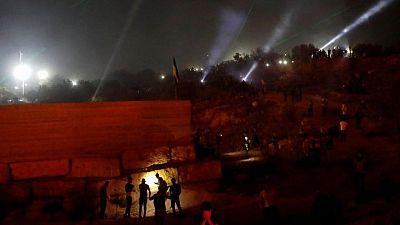 أضواء ليزر وشعلات نار تضيء سماء معركة ضد مستوطنة يهودية جديدة بالضفة الغربية