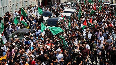 فلسطينيون يطالبون بالتغيير في جنازة ناشط منتقد لعباس