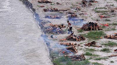 Crecida del Ganges revela tumbas ribereñas de muertos por COVID