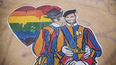 vicino alla Santa Sede, con guardie svizzere che si baciano