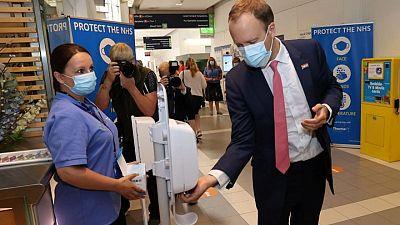 Ministro de Salud del Reino Unido renuncia tras violar normas del COVID al besar a una asesora