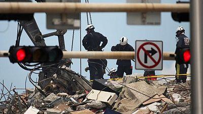 تضاؤل الأمل في العثور على ناجين تحت أنقاض المجمع السكني المنهار في فلوريدا