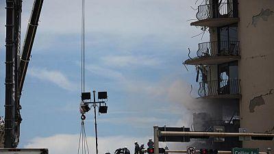 Tras derrumbe de torre en Florida, autoridades evacúan un edificio similar