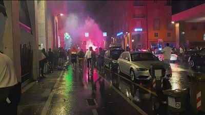 Lancio di petardi e oggetti contro forze dell'ordine