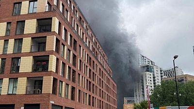 اندلاع حريق كبير قرب محطة قطارات بجنوب لندن