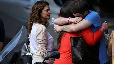 Perros de apoyo emocional consuelan a familias de desaparecidos tras derrumbe de edificio en Miami