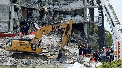رجال الإنقاذ يكثفون جهود البحث بين أنقاض مبنى ميامي وما زال 150 مفقودين