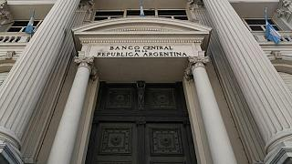 Banco central de Argentina ajusta medidas para evitar fuga de dólares